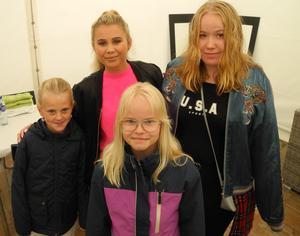 DT hade en tävling där vinnarna fick möjlighet att träffa Lisa Ajax (längst bak) bakom scenen. Vinnarna  från vänster: Tindra Orr, Ellen Sohlberg samt Nelly Kämpe-Hedlund.