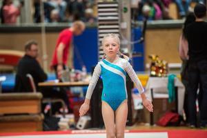 En av dem många unga gymnasterna under dagen, under ett program i grenen Fristående.