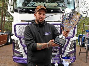 Marcus Nilsson från Kramfors visar med stolthet upp ett pris som de vann på Elmia mässan nyligen.