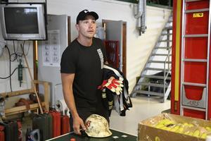 Mikael Dahlin, brandman från Lindesberg hämtar ut utrustning i Idre för att rycka in vid skogsbranden på Älvdalens skjutfält.