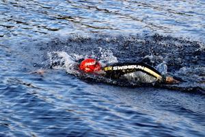 Totalt simmade atleterna 500 meter i Ånnabosjön.