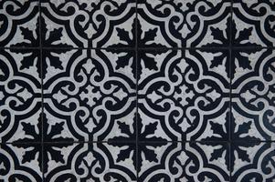 Det är inte bara väggarna som är klädda i mönster. Vackra golv bjuder in oss i huset.