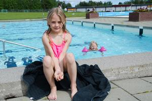 Leija och Lovisa Björnerud, Strömsund, besöker ofta friluftsbadet tillsammans med sin mormor Torunn Bakken.