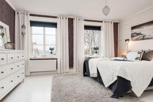 Sovrummet är inrett i varma färger och mycket textil.