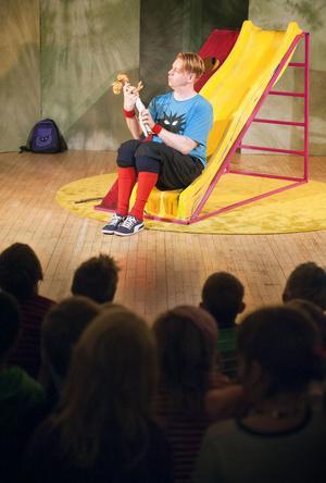 Könsroller är ämnet i föreställning i vilken 5-årige Kenta (Otto Milde) funderar över om det är fotboll eller dockor han gillar bäst.
