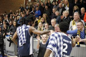 Jeremy Combs tackar publiken efter den sköna segern med 92–75 mot Umeå.