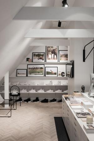 I arbetsrummet finns en samling sneakers i svart och vitt. Foto: Utsikten Foto