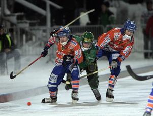 December 2005. Englund i duell med Bollnässpelarna Johan Berglund och Hans Åström. Bild: Jonas Ekströmer