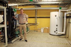Gustav Johansson, butiksägare för Ica Maxi Kumla, visar här tankarna som tar hand om spillvärmen och för om den till varmvatten till  lägenheterna ovanför butiken.