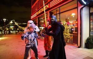 Elliot Mokvist, 12 år, Västerås, låter sig fotograferas med Star Wars-figurerna. Anna Vikmanis, en av de utklädda medlemmarna i Nordic Legion, skymtar bakom Kylo Rens svärd.