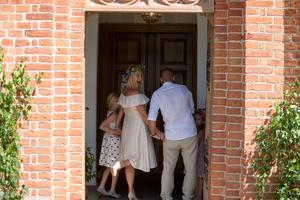 Paret på väg in i kyrkan.