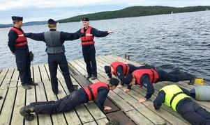 Gymnastiska övningar på bryggan. Det dagliga programmet är fulltecknat under Lungölägret.