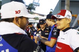 Marcus Ericsson grämde sig åt att han fajtades med Carlos Sainz Jr  före sitt depåstopp i Singapores GP, det gjorde att han tappade viktig tid som kan ha kostat tiondeplatsen och VM-poäng. På bilden snackar han med Toro Rossos Pierre Gasly, som slutade på 14:e plats. Foto: Sauber Motorsport