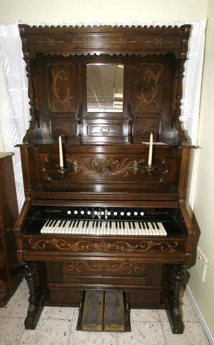 Sverige hade många orgelfabriker. Denna praktpjäs tillverkades tidigt 1900-tal vid fabriken Hovslätts i Jönköping.