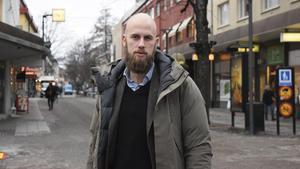 Carl-Oskar Bohlin (M) vill göra det svårare för misstänkta att undvika rättegång. Detta genom att ge domstolarna större möjlighet att häkta misstänkta som kan tänkas fly eller undvika rättegång.