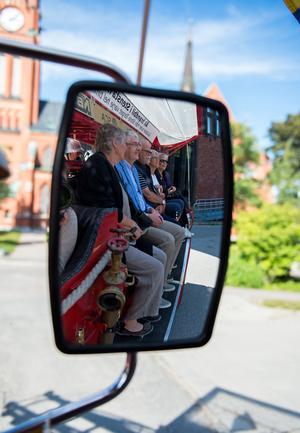 På studenten för 50 år sedan hämtades klassen med lastbil. Denna gång åkte de brandbil från Hedbergska skolan.