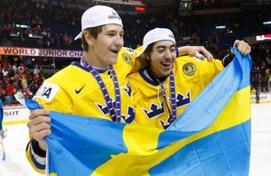 Sveriges Filip Forsberg och Mika Zibanejad jublar JVM-guldet efter 1–0-segern i finalen mot Ryssland. Foto: Jeff McIntosh/AP/The Canadian Press