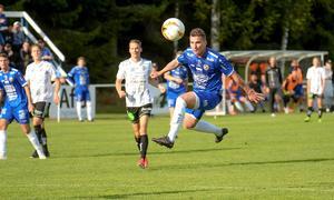 Emil Zoltek, här djupt koncentrerad på bollen, öppnade Fagersta Södras målskytte med första halvlekens enda mål. Foto: Stefan Lindgren