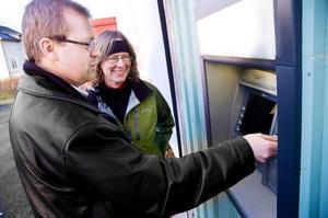 Jörgen Ågran, chef för Swedbanks kontor i Berg, testar uttagsautomaten i Myrviken.