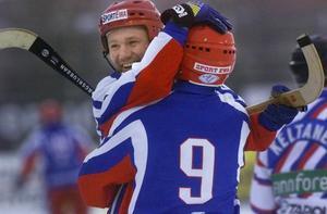 Pavel Franz kramar om Sergej Obuchov efter att Ryssland slagit Sverige med 6–1 i VM-finalen 2001. Foto: Jessica Gow / Scanpix