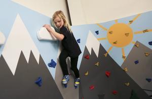 Linnea Karlsson, sex år, besökte Östersunds klättercentrum under söndagens Öppet hus där hon bland annat provade på en bana i barnområdet.