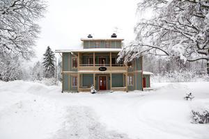 Stinsen är ett HVB-hem i Norberg med sex platser. På lördagsmorgonen startade en brand i ett av rummen och en av de som bor på Stinsen misstänks ha startat branden.