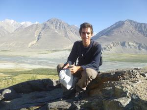 Markus Balázs Göransson vid floden Pandzj i Tadzjikistan, på andra sidan ligger Afghanistan.
