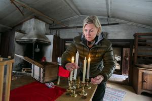 Lillhärdalsgården är jultomtens gård under julmarknaden och liksom i övriga hus är golven täckta med fiberskivor, till skydd mot vassa broddar och vinterskor med dubbar. Anna-Lena testade de verklighetstrogna batteridrivna ljusen och fann att de fungerade.