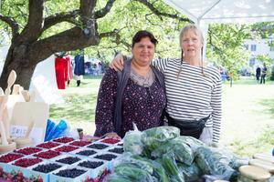 Ieta Vasile och Margret Nilsson sålde bär och annat ätbart i Gnesta solidaritets marknadsstånd. Föreningen hjälper EU-migranter från Rumänien att hitta inkomstmöjligheter.