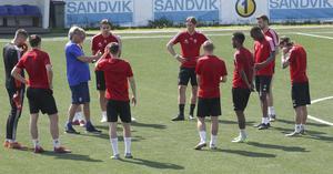 Taktiksnack. SIF-tränaren Pelle Olsson lägger upp planerna inför söndagens match mot Carlstad United.