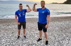 Patrik Berg och Ronny Dahl på stranden innan tisdagens första matcher i EM i Loutraki. Foto: Privat