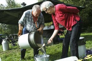 Sven-Peter Johansson och Irene Persson från Frivilliga resursgruppen i Askersund hade ett hektiskt jobb med att laga mat i kokvagnen åt lägerdeltagarna.