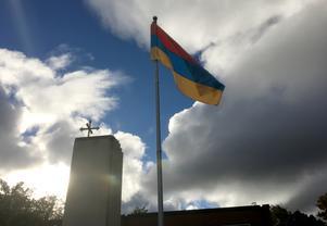 Armeniens flagga vajar utanför den armeniska apostoliska kyrkan S:ta Maria i Geneta, Södertälje