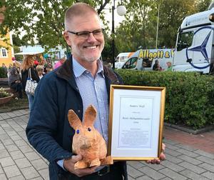 Anders Wall fick utmärkelsen Årets Hebyambassadör, men då han inte kunde vara på plats tog Henrik Lindley, vd för Domarbo skog AB, emot det i hans ställe. Foto: Jennie Fasth
