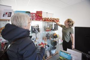 Ulla Eriksson från Uppsala ville ta reda på om det gick att köpa en slips med Gävlebocken som motiv och passade på att köpa en liten halmbock i turistcentret.