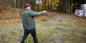 """Han har inte några skjutvapen, men väl ett massajspjut. """"Blir jag anfallen ska vildsvinen få veta att de lever"""", säger Kåre Mölder."""