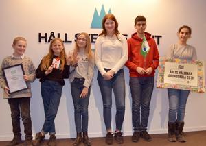 Eleverna Andreas, Emilia, Jona, Johan, Lisa och Tyra (ej i ordning) från Gröndalsskolan i Nynäshamn med sitt pris. Foto: Lisa Possne/Håll Sverige Rent