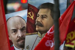 Lenin och Stalin är fruktansvärda diktatorer och massmordsförespråkare som samtliga demokrater tar avstånd ifrån.