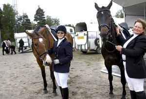Förberedelser. Programmet måste sitta och hästen vara varm. Anita Olsén med Cortilj och Maria Munter med Marion gör sig klara inför start.