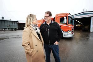 Kommunalråd Åsa Wiklund Lång, S, blev imponerad av den mångfacetterade verksamheten som Gävle Alltransports vd Tommy Aneklev berättade om.