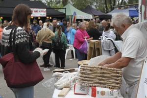 Kön till tunnbrödsförsäljningen ringlade sig långt efter gatan under lördagen.