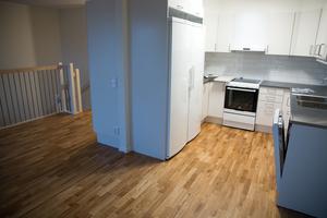 Lägenheterna har planerats på olika sätt. De flesta har öppen planlösning mellan kök och vardagsrum medan denna har en liten avskiljande vägg.