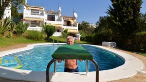 Vid poolen i Calahonda spenderar Janne många timmar. Hans hus med parasoller syns i bakgrunden.