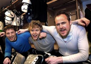 10 april 2002. Från vänster: Tobias Lundqvist,ErikErsberg, Claes Lindblom Ishockey VIK Hockey Match: VIK Hockey-Mörrums Gois IK 3-2 i Rocklundahallen. Kvalserien.