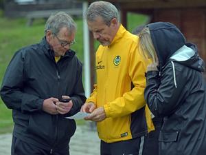 Bröderna Anders och Mats Källberg samt systerdottern Maria Bergkvist i samspråk om laguttagningar för damlagets kommande matcher.