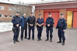 Sex poliser i Idre är målet. Här är Idres styrka med trion Lennart Hjelm, Lena Nilsson och Anders Nilsson flankerade av Per Pihlström, Kjell Bond och Rune Lindbom från polisledningen.