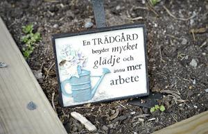Myrna gillar trädgårdsarbete och har flera prydliga rabatter.