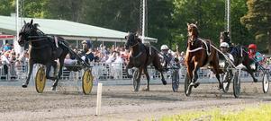 Carl Johan Jepson, till vänster, är på väg att passera Double Exposure/Örjan Kihlström i den dramatiska upploppsstriden.