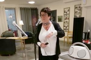 Ulla-Britta Johansson inledde mötet med en stunds underhållning. Foto: Ulla Deutschman