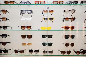 Tonårspojken från Falu kommun ska ha tagit på sig ett par solglasögon i en affär och sedan passerat kassan utan att betala. Nu åtalas han misstänkt för ringa stöld. OBS: Bilden är tagen i ett annat sammanhang.